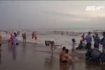 Bão số 2 sắp đổ bộ, du khách vẫn vô tư tắm biển Sầm Sơn