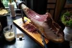 Đại gia đua nhau chi tiền 'khủng' mua đùi lợn muối Tây Ban Nha về ăn Tết