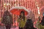 Video: Giới trẻ thích thú trải nghiệm 'tuyết' rơi giữa đêm Noel ở Hà Nội