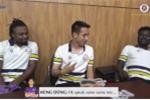 Video: Ngoại binh nhà bầu Hiển học tiếng Việt, hát nhạc Sơn Tùng MTP