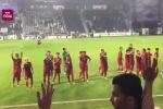 Clip: Tuyển Việt Nam chào người hâm mộ sau trận đấu quả cảm