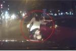 Clip: Ô tô chuyển làn không xi-nhan, đốn ngã cô gái đi xe máy