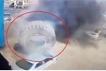 Lốp xe nặng 3 tấn phát nổ, đè nát ô tô con