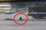 Clip: Xe tải cán nát xe máy, tài xế Grabbike thoát chết ngoạn mục như phim