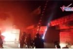 Clip: Khu tập thể ở Hà Nội cháy lớn trong đêm, lính cứu hỏa căng mình dập lửa