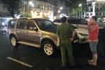 Ông Đoàn Ngọc Hải một mình đi kiểm tra vỉa hè, phạt 22 ô tô vi phạm trong đêm mưa