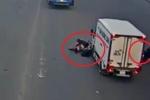 Clip: Dừng đèn đỏ không đúng vạch, 2 xe máy bị xe tải húc văng