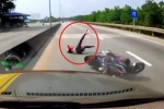 Clip: Xe khách nghênh ngang tấp vào lề đón khách, gây họa thảm khốc cho xe máy