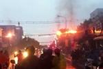 Dây điện ở giao lộ Sài Gòn nổ như pháo hoa sau mưa lớn