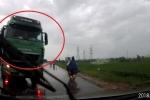 Clip: Xe tải vượt kiểu 'giết người', ép ô tô con lao xuống ruộng