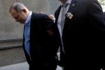 Ông trùm Hollywood bị còng tay khi hầu tòa vì cáo buộc cưỡng hiếp