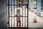 Cận cảnh đứa trẻ lớn lên trong nhà tù được chăm sóc thế nào?