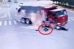 Người đi xe máy thoát chết liên tiếp dưới bánh xe tải