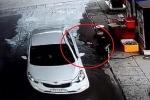 Clip: Tài xế ô tô quỵt 500.000 đồng tiền xăng