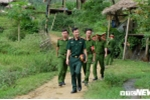 Anh: Hoc vien Canh sat mo lop day dan, cat toc mien phi cho tre em ngheo Hoa Binh hinh anh 1