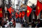 Phố phường Hà Nội rực rỡ cờ đỏ sao vàng mừng ngày thống nhất