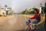 Clip: Nữ sinh đạp xe sang đường như trong sân nhà, suýt lao vào đầu ô tô