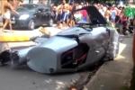 Clip: Đi bộ trên phố cũng bị trực thăng đè chết