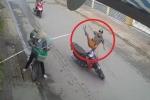 Clip: Cô đồng nát hất tung thanh niên đi xe máy giữa phố như trong phim