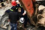 Đang lái máy múc, tài xế bị tảng đá đè chết