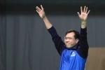 Hoàng Xuân Vinh tự hào hát quốc ca, đưa tay lau nhanh nước mắt