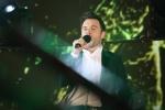 Video: Shane Filan của Westlife lừng danh hát sung trong đêm lạnh Hà Nội