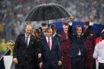 Tổng thống Pháp và Croatia dầm mưa trao huy chương, ông Putin được che ô