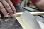 Thí nghiệm độc đáo: Giấy có cắt được gỗ?