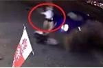 Clip: Đang ngồi trên xe máy, người phụ nữ bị ô tô tông bay lên trời