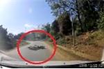 Clip: Ôm cua tốc độ cao, người đàn ông chui thẳng vào gầm ô tô
