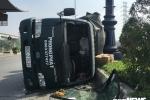 Xe tải lật nghiêng trên xa lộ Hà Nội, hàng chục thùng sơn văng tung toé