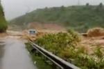 Clip: Lũ cuồn cuộn chia cắt đường Lào Cai - Lai Châu