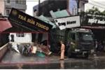 Ô tô tông sập nhiều nhà dân, 2 mẹ con chết tại chỗ