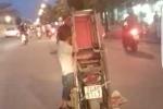 Bé trai vắt vẻo đánh đu trên xe máy: CSGT truy tìm người lái xe