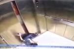 Video: Mải nhìn điện thoại, người phụ nữ bị thang máy kẹp gãy chân