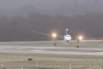 Video: Thót tim xem máy bay bị gió tạt, lắc lư như đồ chơi khi hạ cánh