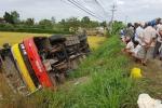 Xe buýt lao xuống ruộng khiến 20 người thương vong