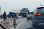 Xe bồn đâm vào dải phân cách quay ngang đường, hàng dài ô tô chôn chân trên cầu Thanh Trì