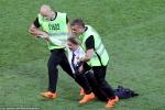 Bất ngờ danh tính nhóm fan cuồng phá đám trận chung kết World Cup