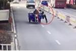 Clip: Xe ba gác vượt đèn đỏ, kéo lê, cán gãy chân cảnh sát