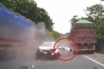 Clip: Va chạm thảm khốc với 2 xe tải, tài xế ô tô con bay văng khỏi cabin