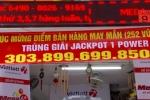 Đại lý căng băng rôn tìm chủ nhân giải Jackpot 304 tỷ đồng