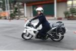 Video: Nữ sinh cảnh sát đổ người vào cua, phóng nhanh phanh gấp cùng xe phân khối lớn