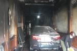 Cảnh sát dùng xe thang giải cứu an toàn 5 người trong ngôi nhà bốc cháy dữ dội lúc rạng sáng