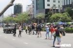 Ngó lơ cầu bộ hành, từng nhóm người luồn lách chặn đầu ô tô, băng qua đường ở TP.HCM