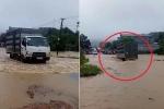 Clip: Tài xế xe tải liều mạng vượt lũ ở Yên Bái và cái kết đắng
