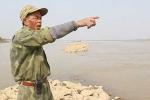 Người đàn ông kỳ lạ và nghĩa địa đau buồn dưới chân cầu Long Biên