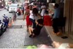 Nữ nhân viên đấm đá khách hàng giữa phố