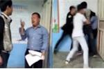 Video: Nam sinh vác ghế 'nện' giáo viên vì tranh chấp bài thi