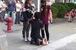 Xôn xao clip chàng trai quỳ gối cầu xin bạn gái đừng chia tay